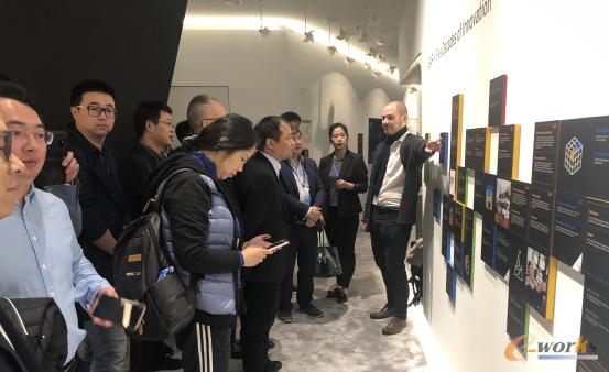 """参观 """"SAP—Five Decades of Innovation""""长廊"""