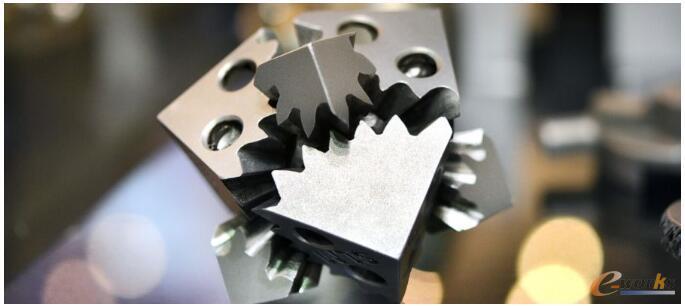 使用增材制造技术,您可以在一件作品中打印多个可移动部件,从而节省花在装配上的时间和材料